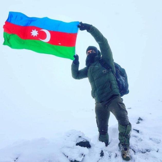 Azərbaycan və Türkiyə bayraqları Ağrıdağın zirvəsində