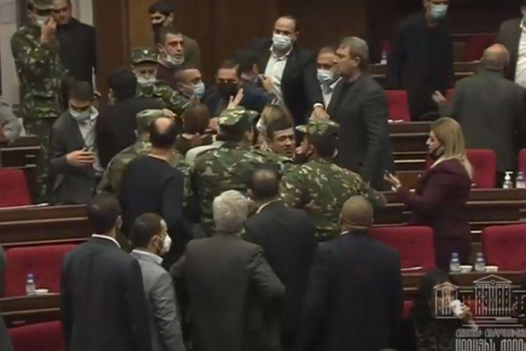 Ermənistan parlamentində dava - VİDEO