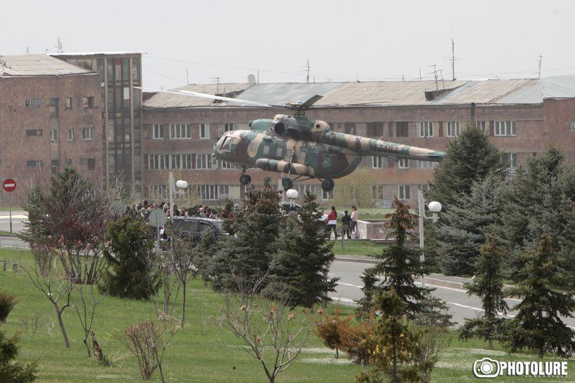 Ermənistanın Müdafiə Nazirliyinin əməkdaşları nazirlikdən helikopter vasitəsilə çıxarılıblar