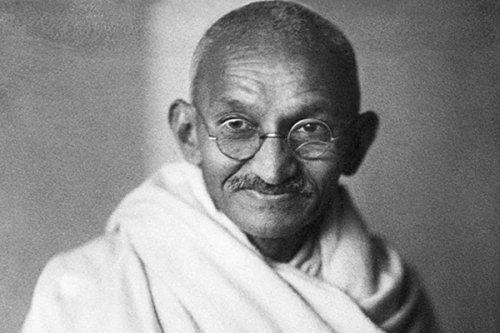 Mahatma Qandinin İrəvandakı heykəli təhqir olundu -  QALMAQAL